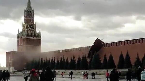 Кадр видео обрушения строительных лесов в Московском Кремле