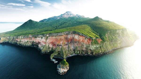 Остров Шиашкотан, вид на вулкан Синарк