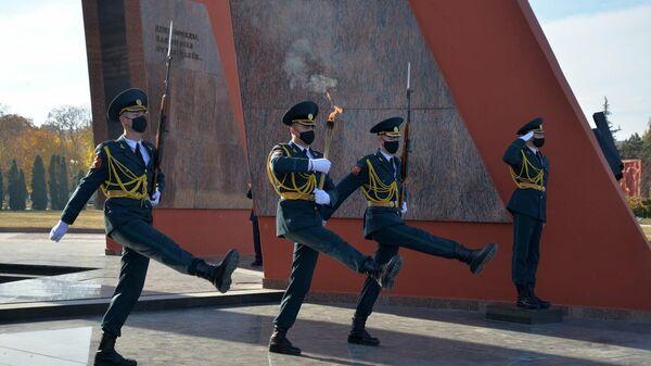 Бойцы роты Почетного караула переносят пламя Вечного огня с мемориала славы советских солдат в музей боевой славы одной из мотострелковых бригад