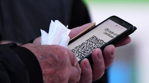 Посетитель предъявляет QR-код на входе в торговый центр