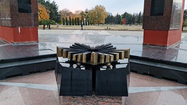 Погашенный Вечный огонь в мемориальном комплексе Вечность в Кишиневе