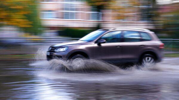 Автомобиль на затопленной после шторма улице в Калининграде