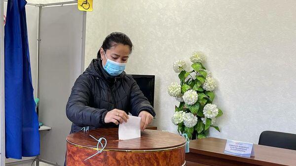 Избиратель голосует во время выборов президента Узбекистана