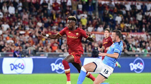 Нападающий Ромы Тэмми Абрахам (слева) в матче Серии А с Наполи