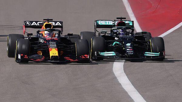 Пилоты Формулы-1 Макс Ферстаппен (на переднем плане) и Льюис Хэмилтон