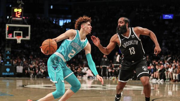 Баскетболист Шарлотт Хорнетс ЛаМело Болл (слева) и баскетболист Бруклин Нетс Джеймс Харден в матче НБА