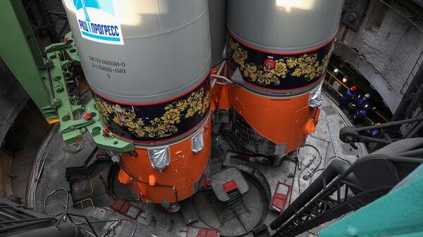 Грузовой корабль Прогресс МС-18 на стартовом комплексе Восток