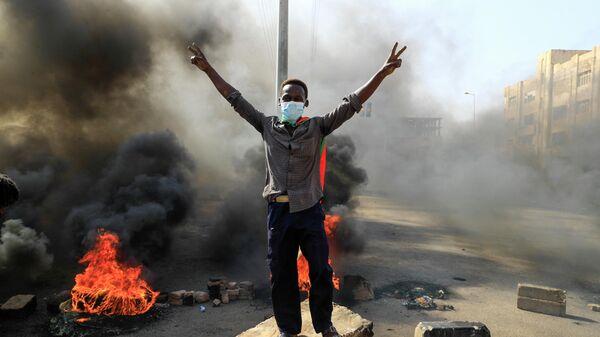 Участник акции протеста в Хартуме, Судан