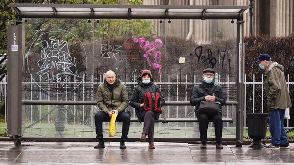 Люди на одной из автобусных остановок