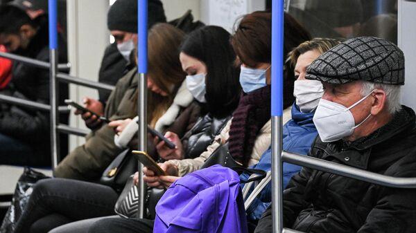 Пассажиры в вагоне поезда Московского метрополитена