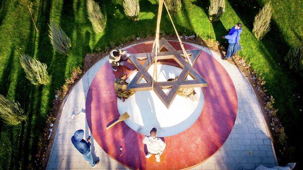 Установка памятника жертвам Холокоста в Волгограде