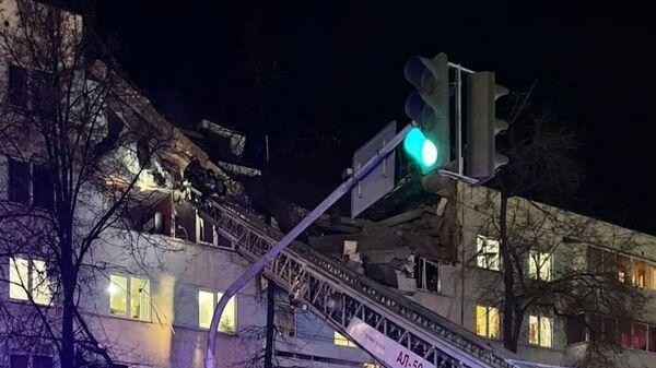 Сотрудники экстренных служб на месте взрыва в жилом доме в Набережных Челнах