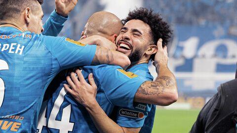 Полузащитник Зенита Клаудиньо празднует гол с партнерами по команде