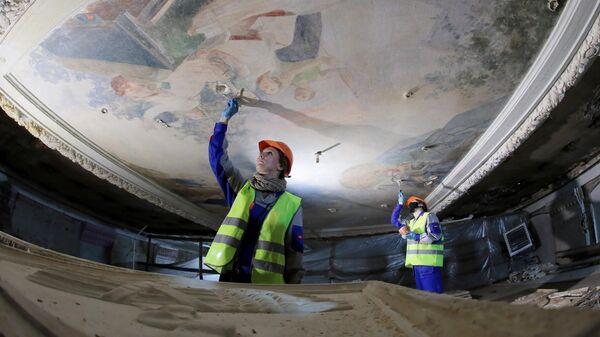 Рабочие во время ремонтно-восстановительных работ в павильоне №15 Радиоэлектроника и связь на ВДНХ