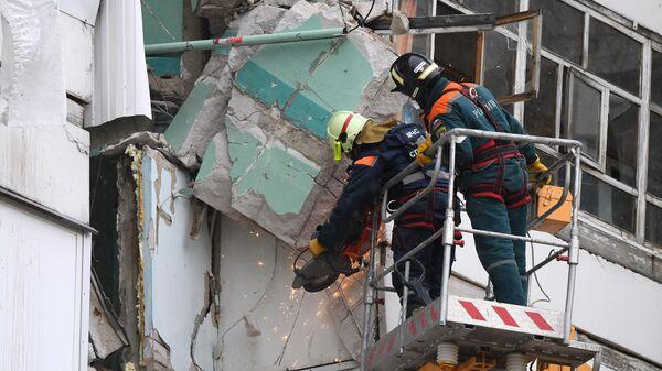Сотрудники МЧС работают на месте взрыва в жилом доме в Набережных Челнах