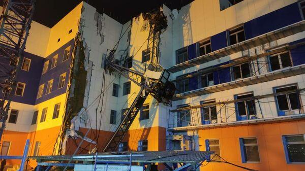 Падение строительного крана на строящуюся поликлинику в Хабаровске