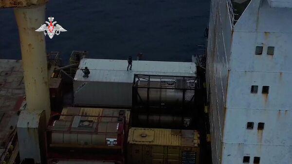 Кадры высадки российской группы антитеррора на захваченное пиратами судно в Атлантике