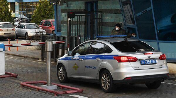 Машина полиции въезжает на территорию жилого комплекса Воробьевы горы в Москве