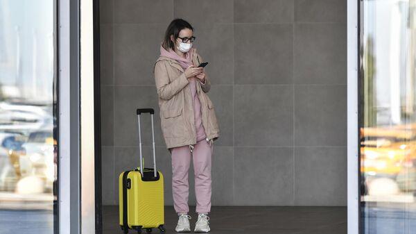Девушка у входа в международный аэропорт Симферополь имени И. К. Айвазовского