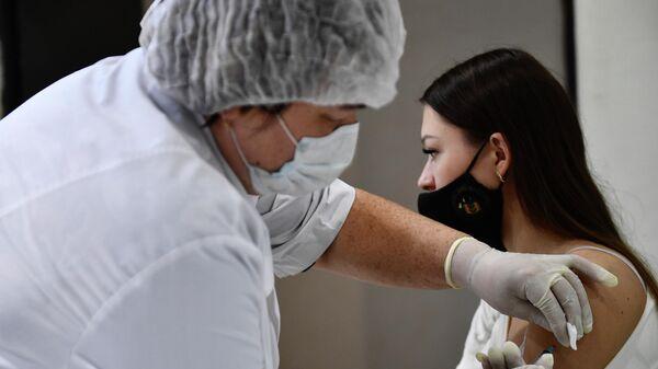 Девушка делает прививку в пункте вакцинации от коронавируса Covid-19 в торгово-развлекательном центре Гринвич в Екатеринбурге