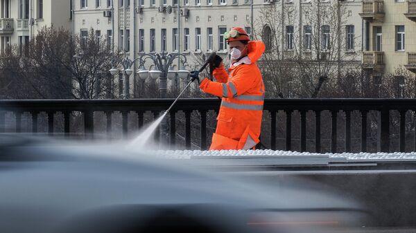 Дезинфекционные работы на Крымском мосту в Москве