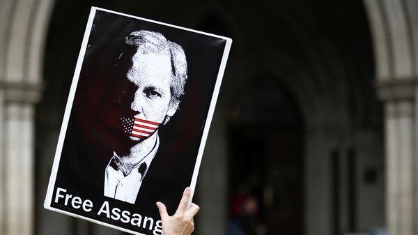 Акция в поддержку Джулиана Ассанжа у здания Королевского судного двора в Лондоне