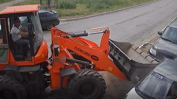 Акимов влетает в машину, под которой лежит Чупраков - скрин с видео