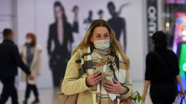 Девушка в ТЦ Европейский накануне усиления антиковидных мер в Москве