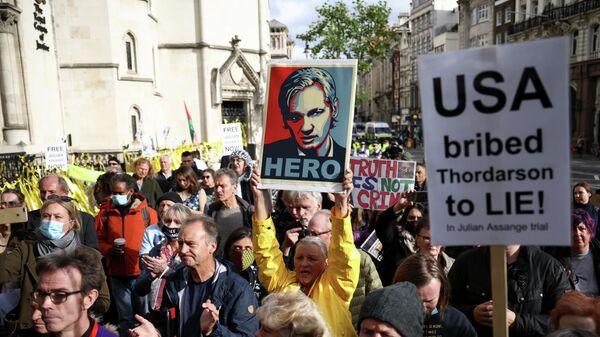 Участники акции в поддержку сооснователя WikiLeaks Джулиана Ассанжа у здания Королевского судного двора в Лондоне