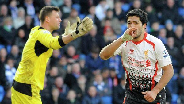 Нападающий Ливерпуля Луис Суарез радуется забитому мячу в ворота голкипера Кардиффа Дэвида Маршалла (слева)