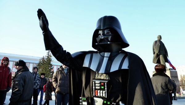 Мужчина в костюме героя фильма Звездные войны Дарта Вейдера, архивное фото