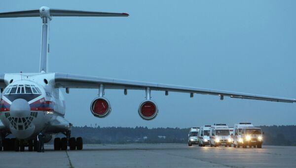 Самолет и машины скорой помощи. Архивное фото