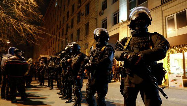 Cотрудники правоохранительных органов возле отеля Днепр в Киеве