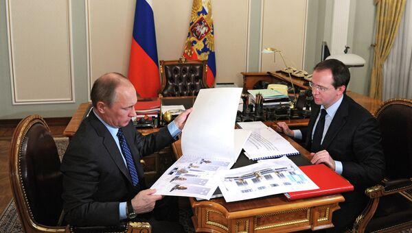 Президент России Владимир Путин (слева) и министр культуры РФ Владимир Мединский. Фото с места события