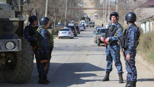 Сотрудники полиции на месте проведения контртеррористической операции . Архивное фото
