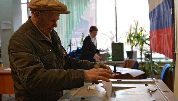 Избиратель голосует на досрочных выботах мэра города на одном из избирательных участков в Центральном районе Новосибирска
