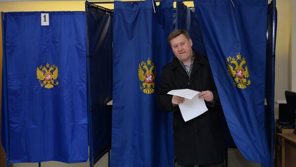 Кандидат в мэры Новосибирска Анатолий Локоть во время голосования. Архивное фото