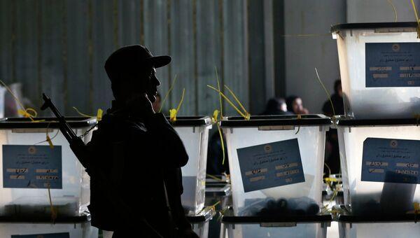 Афганский полицейский стоит на страже у центра подсчета голосов в результате президентских выборов