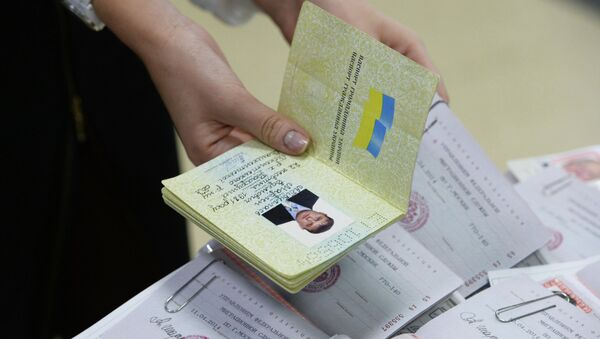 Оформление паспортов граждан РФ жителям Крыма. Архивное фото