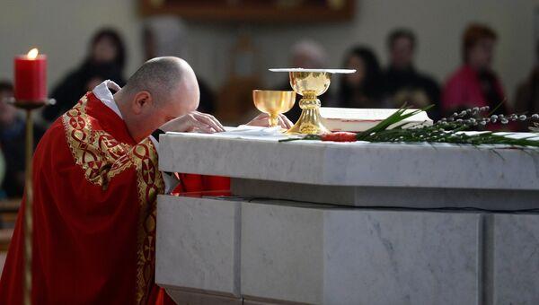 Вербное воскресенье в католическом храме, архивное фото