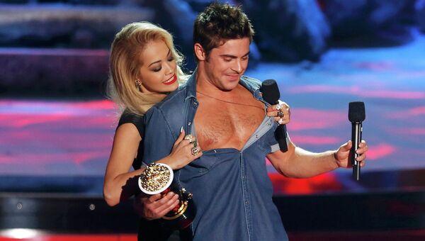 Американский актёр Зак Эфрон и британская певица и актриса Рита Ора на церемонии вручения премии MTV Movie Awards