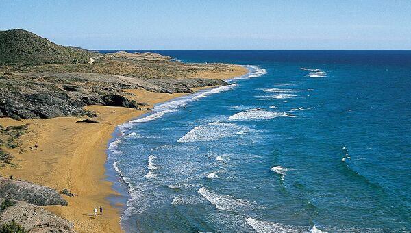 Пляж Кала-Бланка в Испании. Архивное фото