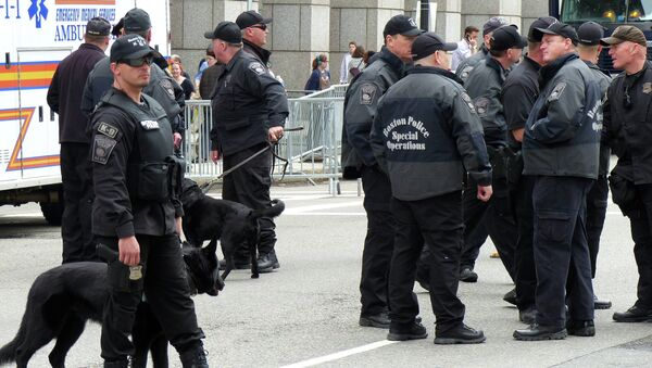 Сотрудники полиции Бостона в день годовщины теракта на международном марафоне