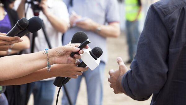 Корреспонденты во время интервью. Архивное фото