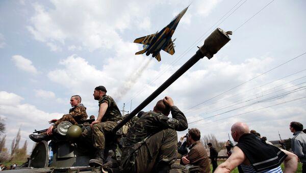 Истребитель пролетает над украинскими солдатами возле Краматорска. 16 апреля 2014