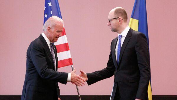 Джозеф Байден и Арсений Яценюк во время встречи в Киеве. 22 апреля 2014