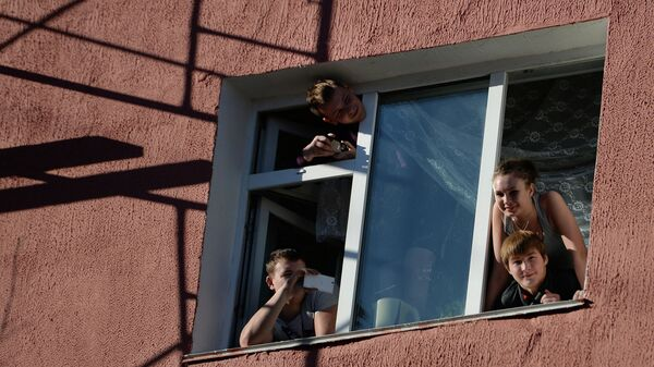 Студенты выглядывают из окна общежития