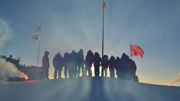 Российские полярники, прибывшие в Арктику для развертывания новой дрейфующей станции