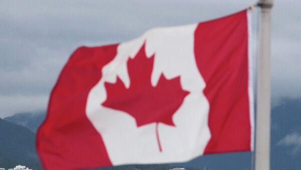 Флаг Канады на фоне Ванкувера. Архивное фото