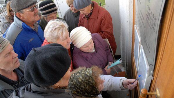 Вкладчики у дверей банка. Архивное фото